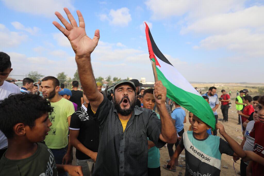 I palestinesi si scontrano con le forze israeliane a seguito di una manifestazione lungo il confine tra Israele e Gaza, a est di Gaza City, che denuncia l'assedio israeliano della striscia palestinese, il 21 agosto 2021. (Foto: Ashraf Amra/immagini APA)